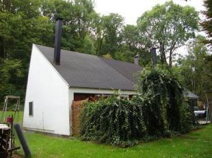 Bungalow met 2 slaapkamers, living, keuken, badkamer, terrasse et parkeerplaats.