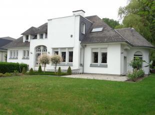 Deze te renoveren karakteristieke villa met authentieke elementen bestaat uit:<br /> ruime inkomhal, keuken, TV-hoek met originele open haard, living