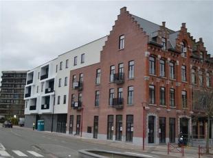OPENDEUR ZAT 13/10 11-16u. Prachtig nieuwbouw handelspand (+/- 138m²) met unieke ligging tegenover het station van Ronse. Lichtrijke ruimte met g