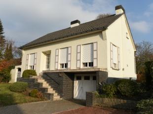 Rustig gelegen, op te frissen open bebouwing met garage en tuin gelegen in de Saffelstraat in Zottegem (Leeuwergem). De indeling van de woning is als
