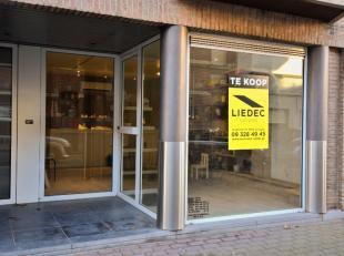 Gelijkvloerse handelsruimte vlakbij het station van Zottegem en het AZ Sint-Elisabeth. Indeling: commerciële ruimte met etalage, berging, apart t