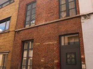 Leuke studio (2de verdieping) op kleine wandelafstand van het historische stadscentrum van Gent. Indeling: zithoek, eetplaats met open ingerichte keuk