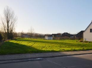 Saint-Sauveur, in het glooiende Région des Collines treft u dit perceel bouwgrond met een totale oppervlakte van 1212m². Met een straatbre
