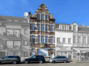 Achter deze prachtige, karaktervolle gevel vinden we een ruime herenwoning met groot magazijn terug. Met 4 etages is deze woning in bewoonbare oppervl