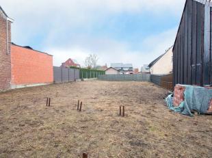 Vlakbij het centrum van Michelbeke bevindt zich deze bouwgrond, in een verkaveling met zuidgerichte tuin geschikt voor een gesloten/halfopen bebouwing