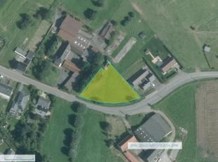 Situé dans la Région des Collines vous trouvez ce terrain à bâtir sur une superficie de 1693m². Il vous offre une larg