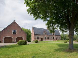 Magnifiquement situé entre bois et champs vous trouverez cette propriété sur une superficie de 142170m². Une allée pr