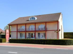 Op een zeer commerciële en interessante locatie met veel visibiliteit te Deinze bevindt zich dit knap en bijzonder ruim handelspand met woning. H