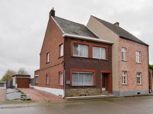Te koop, te renoveren half open bebouwing in Zottegem. In Sint- Maria- Oudenhove, deelgemeente van Zottegem, vinden we deze TE RENOVEREN WONING. De HA