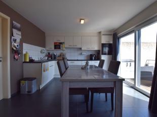 Op een boogscheut van het centrum van Oudenaarde treffen we ditruim appartement dat beschikt over een aparte garagebox en een ruim terras.Bestaande ui