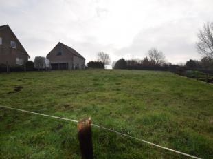 Deze zuidgerichte grond voor OB of HOB is gelegen in deelgemeente Sint-Goriks-Oudenhove.De grond heeft ongeveer een breedte van 19 m en kan dus mits t