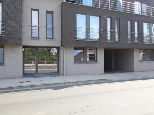 Recent appartement met terras en garage. Dit centraal gelegen appartement geniet een inkom, ruime woon- en eetkamer, open keuken, berging, terras, bad