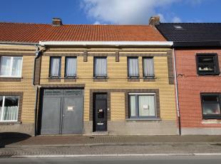 Nabij de dorpskern van Zingem situeert zich deze woning met atelier. De woning geniet een inkom, living, keuken, wasplaats en kelder. Boven treffen we