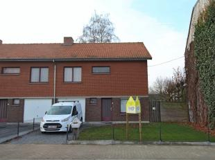 Deze mooi onderhouden half open bebouwing is gelegen tussen het station en de dorpskern van Zingem. De woonst telt o.a. 4 slaapkamers, een ruime garag