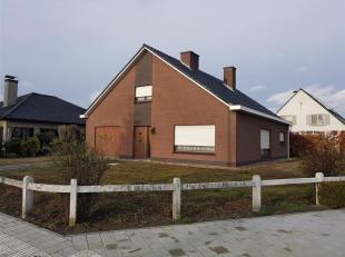 Goed gelegen, op te frissen bungalow op een perceel van 603 m². Indeling: inkom, living, keuken, berging, badkamer (lavabo, douche en toilet), 2