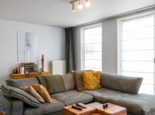 Het appartement bestaat uit een inkom met vestiairekast, gastentoilet, woonkamer, geïnstalleerde keuken (ceramische kookplaat, oven, koelkast met