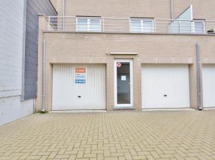 Res. Eagle. Garagebox gelegen aan de Rederskaai te Zeebrugge. Inrit via de Graaf Jansdijk, met voetgangersdoorgang naar de Rederskaai. Afmetingen: 2,7
