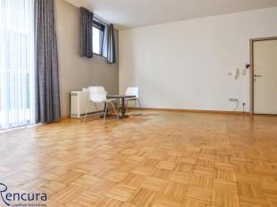 DIt gelijkvloers appartement ligt midden in het centrum om de hoek van de SInt-Michiels kerk.<br /> Momenteel wordt er nieuwe vloerbekleding voorzien