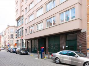Deze buiten staanplaats is uitstekend gelegen in het centrum van Gent aan het Sint-Anna Plein. In de onmiddelijke nabijheid van de op-en afritten E17/