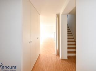+/- 100 m² duplex appartement op het 2de verdiep met lift, inkom voorzien van vestiaire en apart toilet, +/-50 m² ruime leefruimte met ge&iu