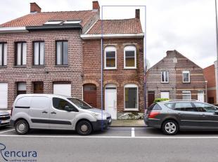 Deze te renoveren woning is gelegen nabij centrum Meulebeke en is als volgt ingedeeld: leefruimte - kelder - eetkamer - keuken - badkamer - 2 slaapkam