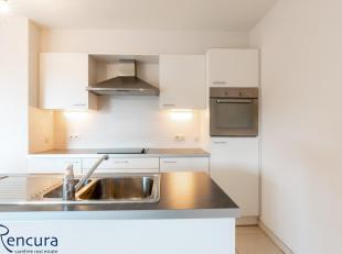 Het appartement beschikt over een inkomhal met gastentoilet, een lichtrijke living met grote raampartij, keuken met eiland ingericht met vaatwasser, c