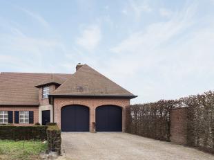 Prachtig instapklare en duurzame woning met dubbele garage ! Dankzij de aparte zij-ingang is deze woning eveneens geschikt voor het uitoefenen van een