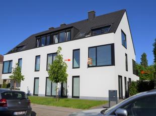 Gestationeerd aan de stadsrand van Gent (Dampoort)/Sint-Amandsberg) treft u 1 hoog dit actueel ingericht appartement (type 1 slpk +dressing/bureau) me
