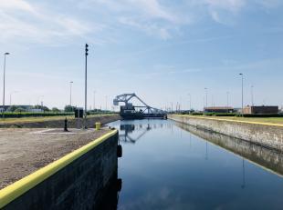 Op een heel strategische ligging, naast de nieuwe visartsluis en nabij de haven en het station 'Zeebrugge-Dorp' ontmoet u deze gloednieuwe handels-/ka