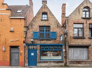 Treed binnen in deze prachtig gerenoveerde woning in de Ezelstraat. <br /> <br /> Het middeleeuwse 'diephuis' met achterbouw bestaat momenteel uit een