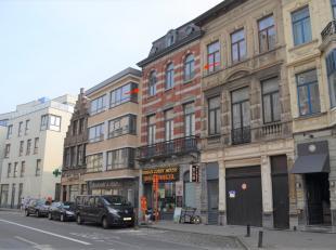 In het bruisend historisch Gent,  op wandelafstand van de Korenmarkt met zijn omliggende winkelstraten treft u 2 hoog dit vernieuwd appartement (type