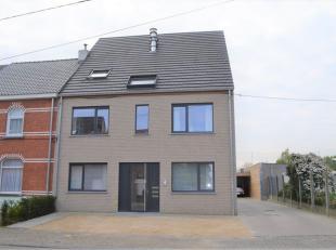 In dit fraai appartementsgebouw met berperkt aantal bewoners, welke gelegen is aan de stadsrand  van Merelbeke huist een 3 slaapkamer appartement met