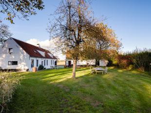 Landelijk wonen… In een omgeving waar de landschappen het voor het zeggen hebben, ontmoet u deze eigendom op 3701 m². Ondanks het rustgevende kad
