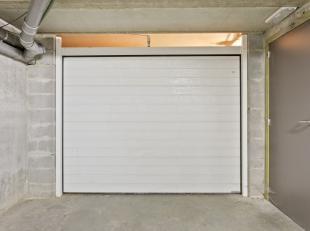 Onder het appartementsgebouw vindt u deze afgesloten garagebox met automatische poort. Op het einde van deze garagebox bevindt zich nog een extra keld