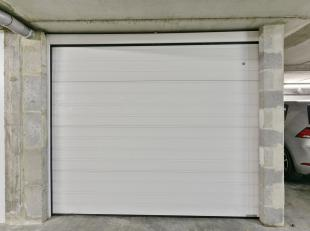 Onder het appartementsgebouw vindt u deze afgesloten garagebox met automatische poort inclusief extra bergruimte. Ideaal voor een investeerder of iema
