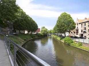 Op te blinken juweel...<br /> Langsheen één der waterlopen van de stad Gent ontmoet u deze fiere eigendom. Naast een blik op het water g
