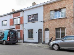 Deze recent gerenoveerde woning is instapklaar en gelegen in een rustige straat, doch nabij de stadsrand van Sint-Niklaas! <br /> De woning omvat een