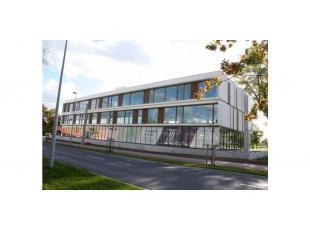 Het betreft een laatste kantoorunit in een nieuwbouw kantoorontwikkeling die bestaat uit 2 individuele kantoorgebouwen van elk 2.766m². De gebouw