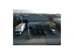 Het betreft een bedrijfspand gelegen op een perceel van 1575m² in bedrijventerrein Lakeland. Het is goed ontsloten via de Knokkeweg met directe v