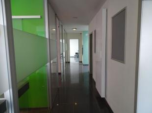 Het betreft een lichtrijke kantoorruimte op het gelijkvloers dat dienst deed als bankkatoor. Gelegen in het centrum van Waasmunster op 2,5km van het o