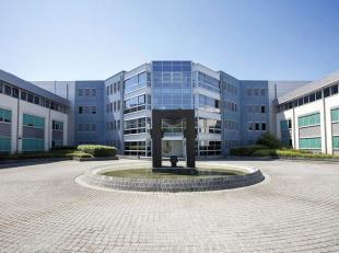 Het betreft een U-vormig gebouw bestaande uit een gelijkvloers, twee verdiepingen en is centraal voorzien van een atrium met derde verdieping. Gelegen