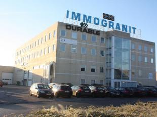 Zichtbaar en functioneel kantoorgebouw gelegen in het industriegebied nabij de oprit van de E40 te Drongen, goed bereikbaar via afrit Gent-West en R4.