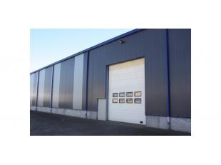 Een magazijnruimte van ca 1.600m² (40x40m), dat deel uitmaakt van een groter gebouw te Stekene, op 2,5km van de E34. Oppervlakte: 1.600m² Ui