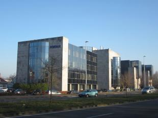Representatief en goed bereikbaar kantoorgebouw met moderne uitstraling op een zeer zichtbare locatie te Zwijnaarde, op de N60, nabij het kruispunt Ge