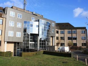 Kwalitatief kantoorgebouw met zakelijke uitstraling uniek gelegen aan de afrit van de E40 te Drongen. Zeer goed bereikbaar en gelegen aan de Deinseste