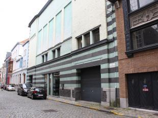 Dit voormalig stapelhuis met ruime indrukwekkende binnenpatio biedt een uniek werkkader te Gent, vlakbij het Zuidpark en de afrit E40/E17. De diverse