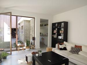 Maison, totalement rénovée, idéal pour grande famille avec 4 à 5 chambres et 2 salles de bains. La maison se trouve au niv