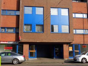 80m² handelsruimte Ligging: omgeving Palinghuizen, Van Beverenplein, tegenover Carrefour Express; tramhalte en bushalte aan het pand<br /> Besch