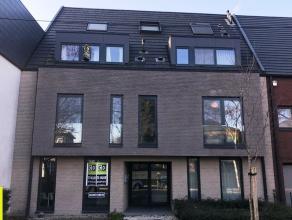 80 m² kantoor met 12m² terras en 26 m² tuin <br /> Ligging: op 5 min van afrit E40 en R4, op wandelafstand van Sint-Pietersstation <br