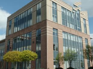 425m²  kantoorruimte (uitbreidbaar tot 850m²)<br /> Ligging: vlakbij afrit E19<br /> Specificaties: zonnewerend en hittebestendig dubbel gla
